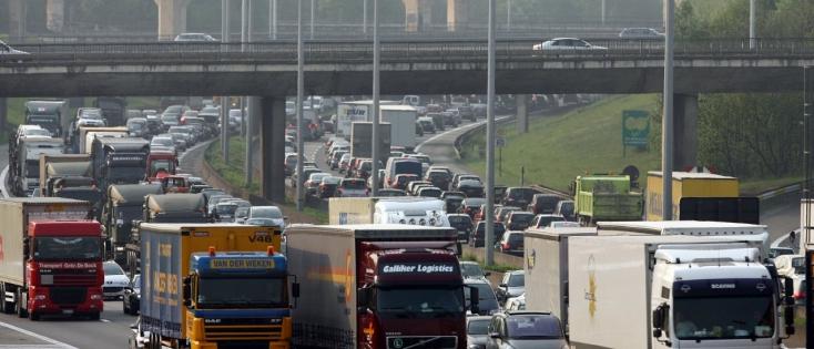 Réduire les trajets individuels en voiture, investir dans les voies navigables... Les années qui viennent devront voir des changements structurels et comportementaux importants. ©IMAGEGLOBE